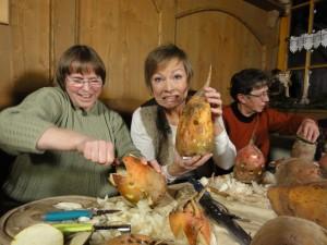 Janine Strahl-Oesterreich und Stefanie Schäller beim Schnitzen der Rübengeister