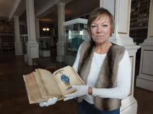 Janine Strahl-Oesterreich mit altem Manuskript in Schloss Friedenstein, wo wir das Rätsel um den Bärenhäuter schließlich lüften konnten.