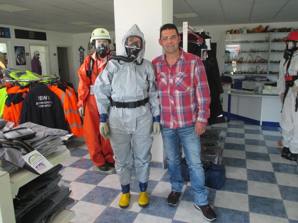 Olaf Weber vom Industrie- und Baubedarf kleidete mich mit einem gasdichten Chemikalienanzug ein